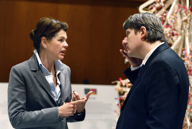 Alenke Bratušek se je o državnem premoženju uspešno pogajala z ministrom za finance Janezom Šušteršičem. : Černivec Aleš