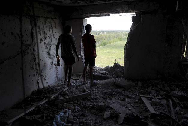 Poškodovane zgradbe blizu Donecka. (Foto - REUTERS, Maksim Levin)