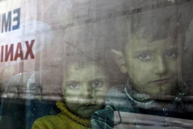 Sirski begunci po prihodu v pirejsko pristanišče. (Foto - Yannis Behrakis, REUTERS)
