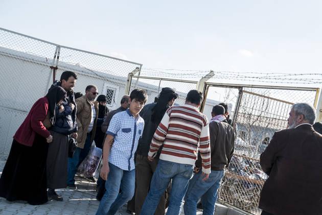 Veliko Sircev, ki si ne morejo privoščiti bivanja v Turčiji, se vrača v svojo porušeno domovino. Mejo prestopajo tudi borci različnih uporniških skupin. (Foto - Elio Germani)