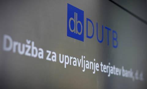 DUTB do zdaj za polovico zmanjšala svoj dolg
