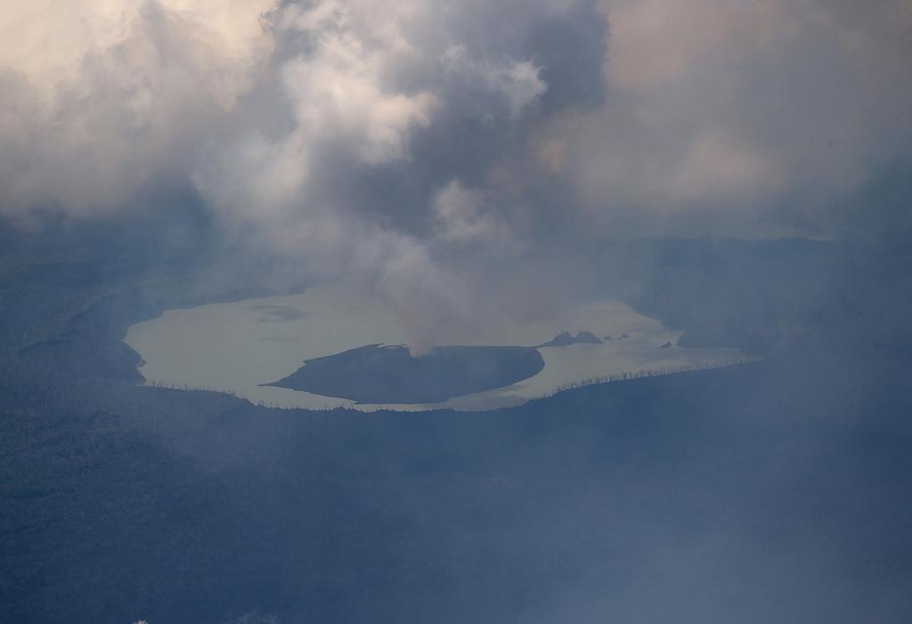 Zaradi vulkana evakuirali ves otok