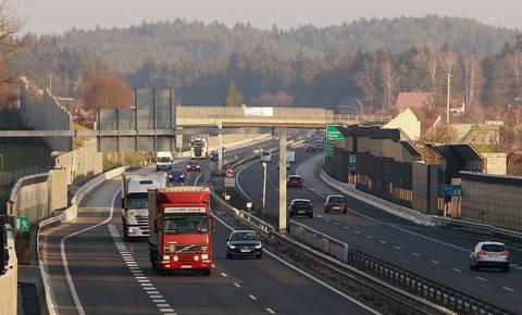 Od danes elektronsko cestninjenje za voznike težkih vozil