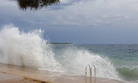 Burja že povzroča škodoob morju