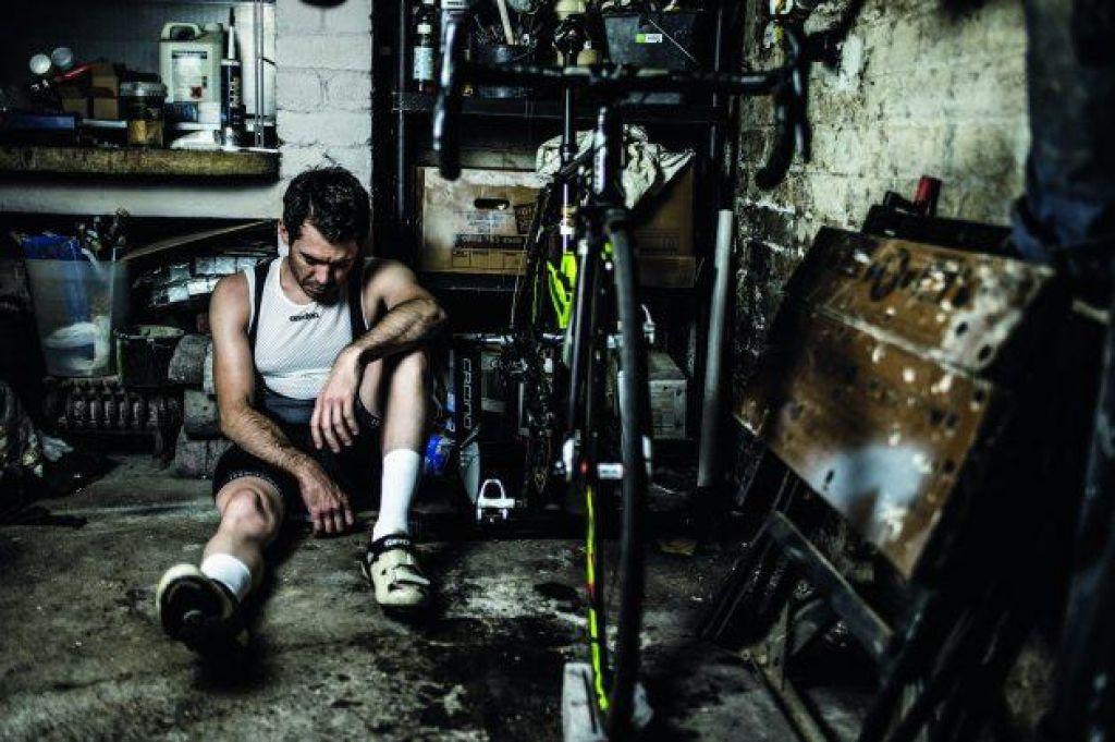 Mož, zasvojen s kolesom