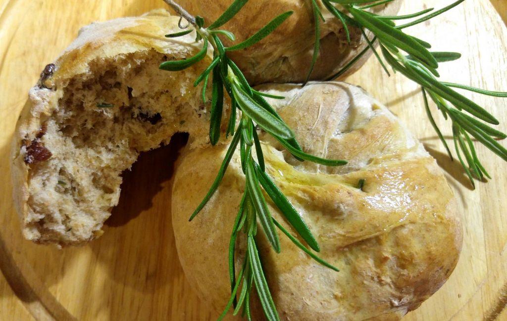 FOTO:Poletov recept: Kruhki z rožmarinom in suhim sadjem