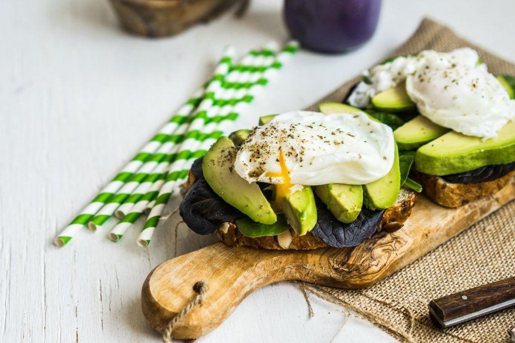Najboljše jedi za regeneracijo: Toast z avokadom in ostanki večerje