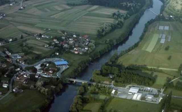 Slovenska meja na reki Kolpi. Fotografija je simbolična. FOTO: Leon Vidic/Delo