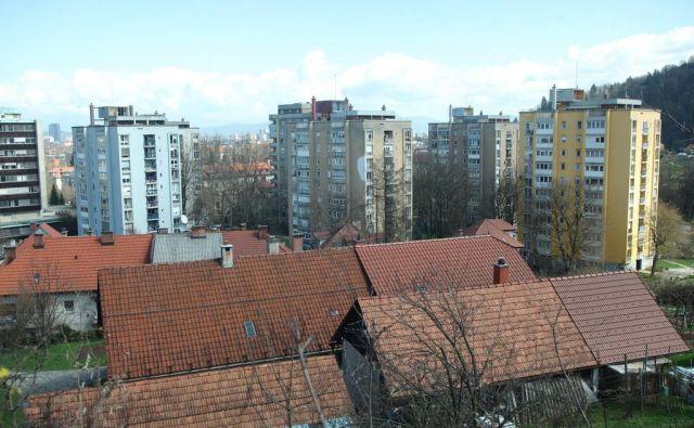Stolpnice ob Hudovernikovi ulici imajo nove fasade, protipotresno pa še niso sanirane. FOTO: Mavric Pivk/Delo