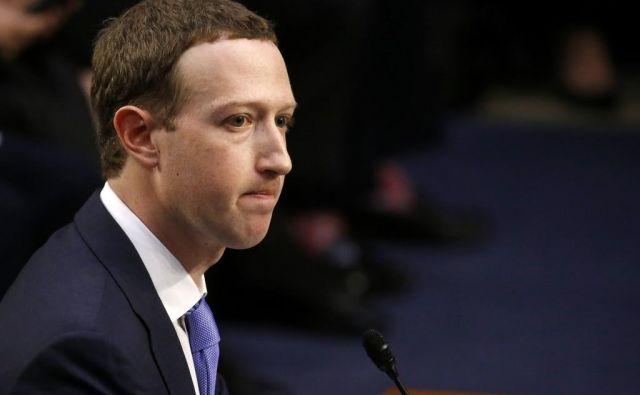 Mark Zuckerberg se je danes pred senatnim odborom v Washingtonu opravičil za zlorabe osebnih podatkov milijonov uporabnikov spletnega družbenega omrežja, ki ga vodi. FOTO: Reuters