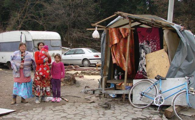Del neurejenega romskega naselja Žabjak, kjer ljudje živijo v nemogočih razmerah brez vode in elektrike.FOTO:Bojan Rajšek/Delo