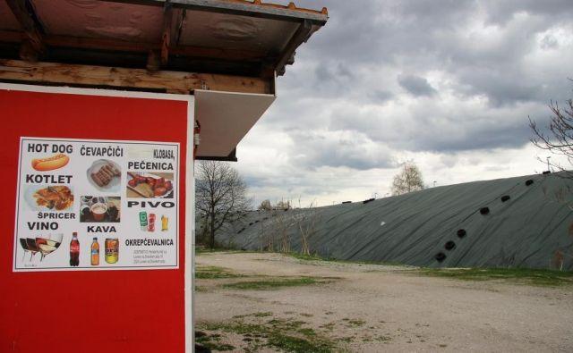 """S ponjavami zaščiteni nevarni zemeljski izkopi ob gradbišču nadgradnje tovorne železniške postaje Celje, spredaj kiosk za tradicionalni sredin """"svinjski sejem"""" v Celju. FOTO: Brane Piano"""