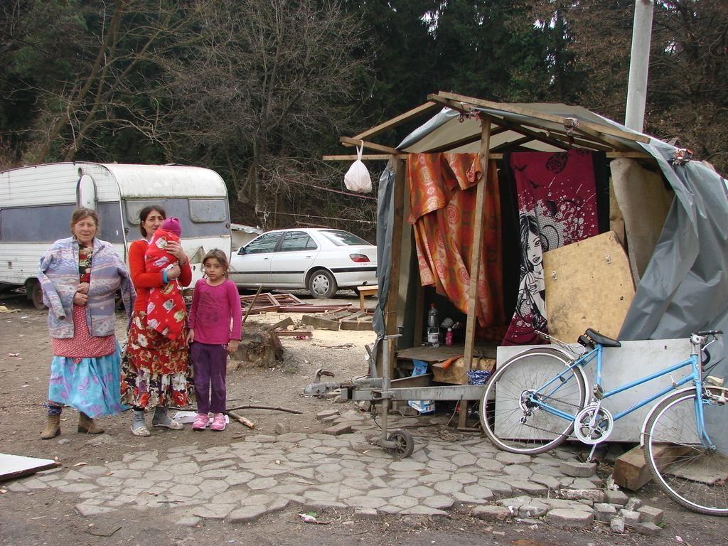 FOTO:Preseliti nameravajo 12 romskih družin
