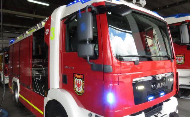 Kranjske gasilce je na nujni vožnji presenetil pešec. Foto Blaž Račič/Delo