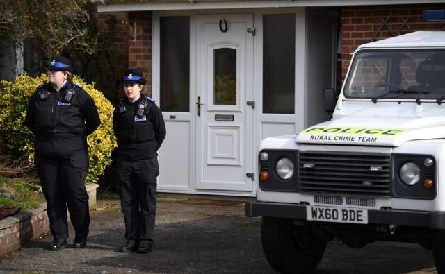 Policisti pred domom Julije in Sergeja Skripala. FOTO: Chris J. Ratchliffe/AFP