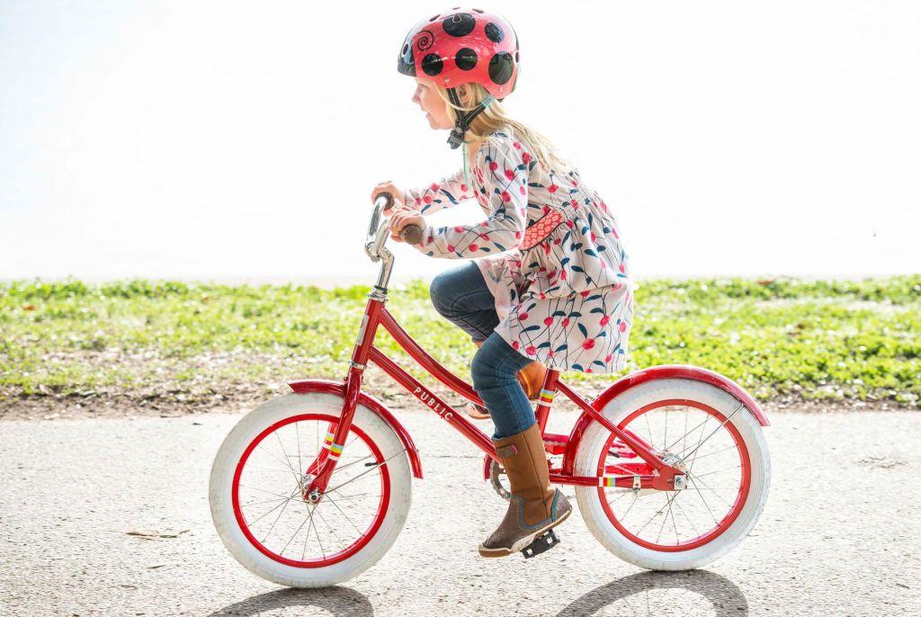 Video: Starši poskrbite za varnost in posadite otroka na kolo