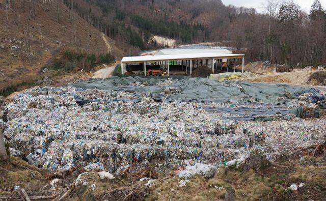 Ekogor smrdljive odpadke skladišči na občinski parceli. Foto Blaž Račič/Delo
