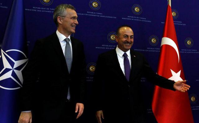 Mislimo drugače kot Rusi, vendar naši odnosi z njimi niso tako krhki, je turški zunanji minister Mevlut Cavusoglu (desno) izjavil po srečanju z generalnim sekretarjem Nata Jensom Stoltenbergom. FOTO: Reuters