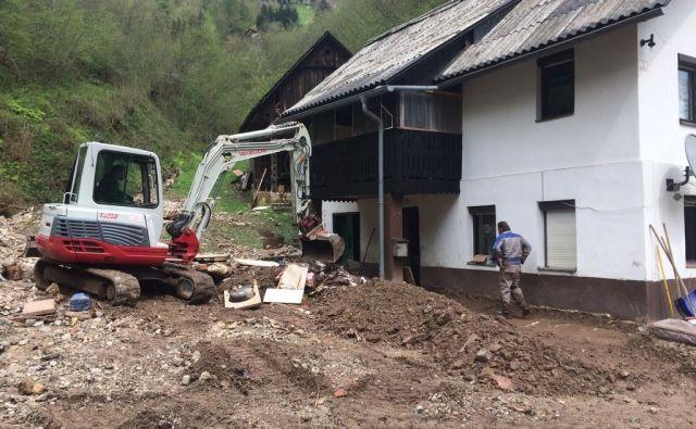 Delavci odstranjujejo naplavine, težava je, ker do vseh območij ne morejo z velikimi gradbenimi stroji, razlito vodo poskušajo usmeriti nazaj v struge. FOTO: arhiv občine Hrastnik