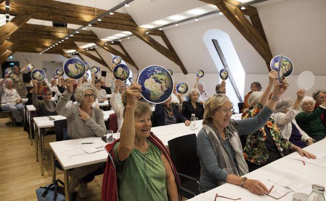 Ustanovna skupina Klimasseniorinnen je štela nekaj deset dam, danes jih tisoč. Združenje je postalo samostojna silnica gibanja za blažitev podnebnih sprememb v Švici. FOTO:Miriam Künzli/© Greenpeace/Ex-press/Miria