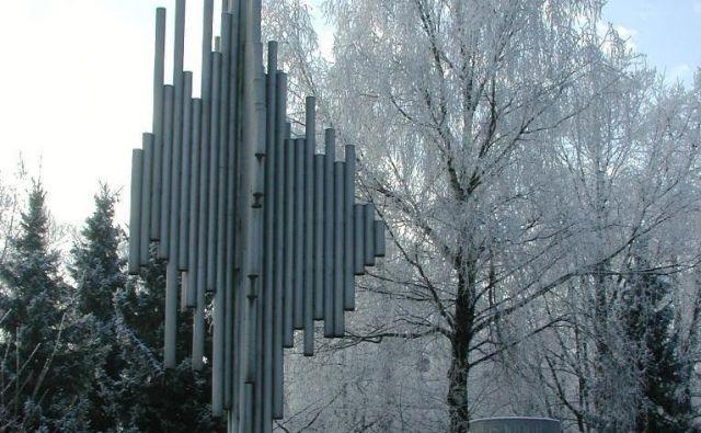 Od kraje leta 2011 sta od obeležja Borisu Kidriču v Kidričevem ostala le podstavek in abstrahirano drevo. FOTO: Franc Milošič/Delo