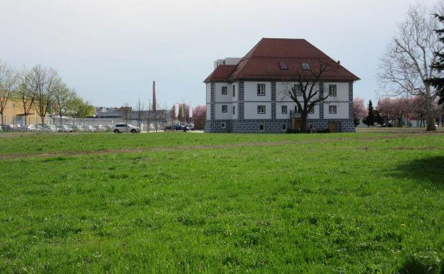 Družba CEP je obnovila propadajoči Lanovž, v njene roke prihaja še zelenica okoli dvorca, ki je bila do zadnje seje občinskega sveta javno dobro. FOTO: Špela Kuralt/Delo