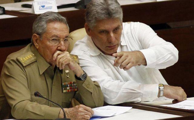 Raúl Castro (levo) in njegov naslednik Miguel Mario Díaz-Canel Bermúdez. FOTO: AP