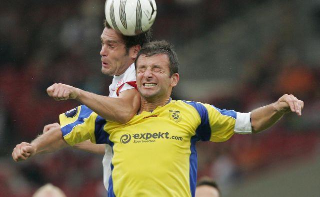 V Sloveniji je prepovedano oglaševanje tujih športnih stavnic. NK Domžale jih je leta 2005 oglaševal na evropskem gostovanju v Stuttgartu. Na fotografiji v ospredju Dejan Đuranović.