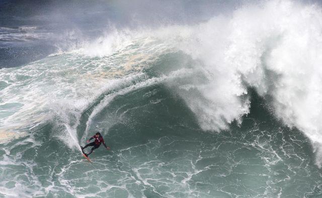 Španski surfer Axi Muniain. FOTO: Armando Franca/Ap