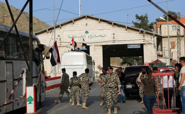 Libanonski vojaki nadzorujejo mejni prehod Masna na meji s Sirijo in odhod prvih sirskih beguncev iz Libanona nazaj v domovino. FOTO: AFP