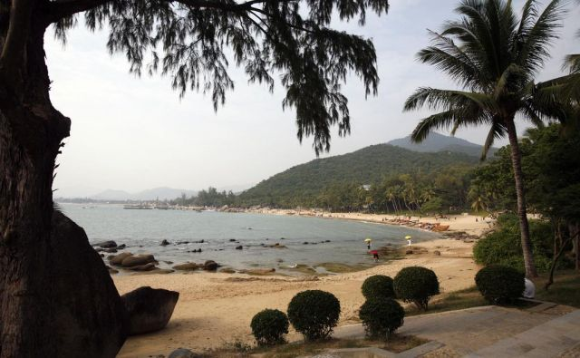 Del plaže pri turističnem kompleksu, imenovanem Konec sveta, približno 50 kilometrov od Sanye na otoku Hainan. FOTO: Reuters