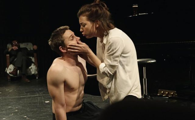 Prizor iz predstave Fant, dekle in gospod.