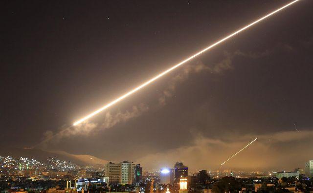 """Nebo nad Damaskom med povračilnimi napadi """"zahodnih zaveznikov"""". FOTO: AP"""