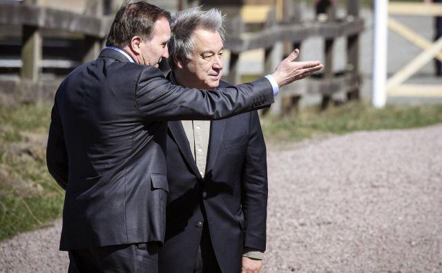 Generalni sekretar OZN Antonio Guterres in švedski premier Stefan Lofven na srečanju v švedskem Backakraju. FOTO: Johan Nilsson/AP