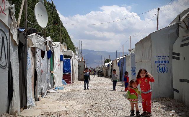 Otroci, povsod so otroci. Na ulicah in cestah, na smetiščih in v taboriščih. FOTO: Boštjan Videmšek