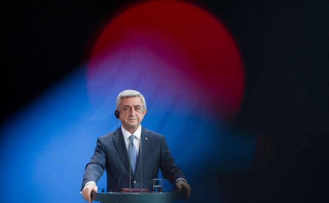 Serž Sarkisjan: »Obstaja veliko rešitev, a ne bom sprejel nobene. To nisem jaz. Odhajam s položaja vodje države, predsednika vlade.« FOTO: AFP