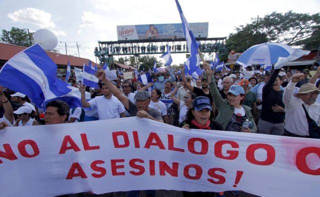 »Ne dialogu z morilci,« so na več dnevnih protestih, v katerih je umrlo malo manj kot 30 ljudi, zapisali protestniki. FOTO: Inti Ocon/AFP
