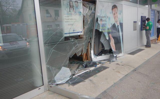 Na parkirnem prostoru pred poslovno stavbo je namesto na zavoro pritisnil na plin in trčil v izložbeno okno. FOTO: PU Novo Mesto