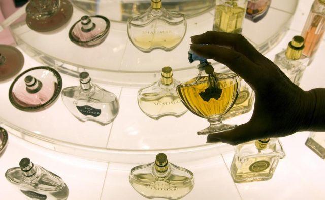 Ob pomoči sostorilca naj bi iz dveh trgovin odnesel več dražjih parfumov v vrednosti okoli 1200 evrov. FOTO: Reuters