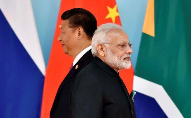 Kitajski predsednik Xi Jinping (levo) in indijski premier Narendra Modi na lanskem srečanju držav Bricsa. FOTO: Reuters