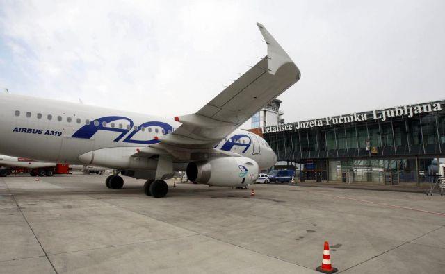 Na Letališču Jožeta Pučnika Ljubljana so lani, po devetih letih, končno dosegli nov rekord: prepeljali so 1.683.071 potnikov. FOTO: Blaž Samec/Delo
