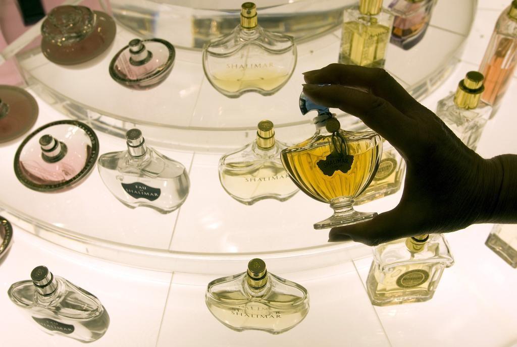 Moški na Gorenjskem ukradel za več kot 20.000 evrov oblačil in parfumov