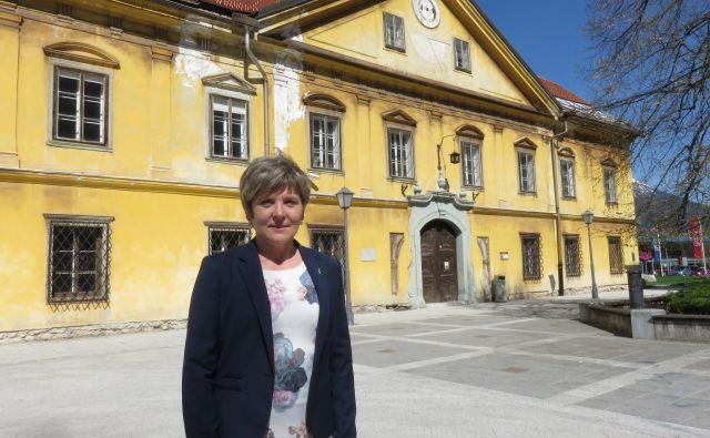 Irena Lačen Benedičič pred Ruardovo graščino. Foto Blaž Račič/Delo