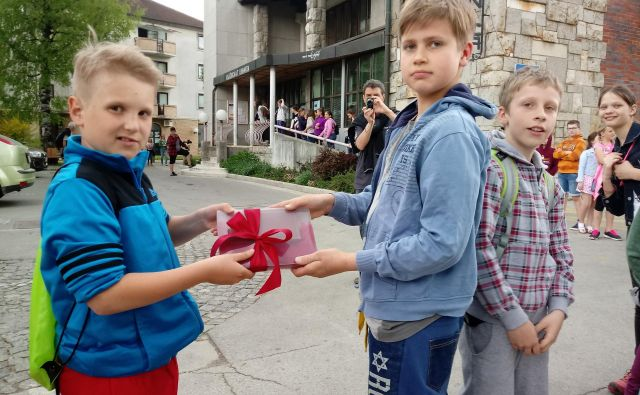 Linharta so z živo verigo prenesli od stare (na fotografiji) do nove knjižnice. FOTO: Blaž Račič/Delo