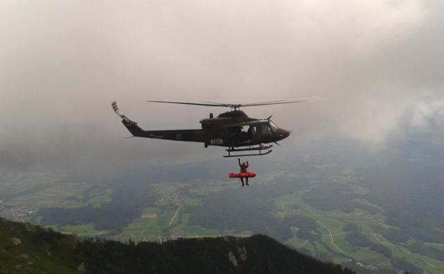 Poškodovanko so na kraju oskrbeli in s helikopterjem prepeljali v Splošno bolnišnico Jesenice.