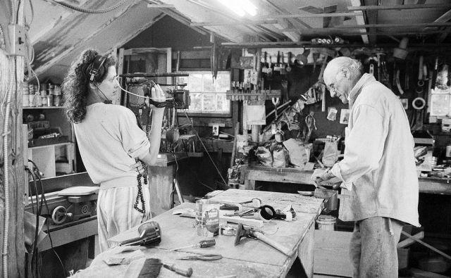 Rebecca Miller snema očeta v njegovi mizarski delavnici. FOTO: Arhiv HBO