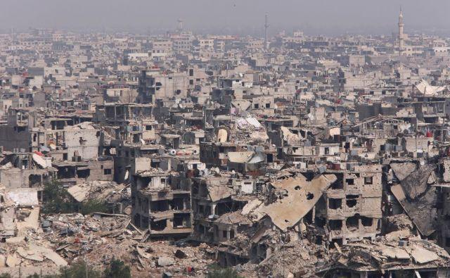 Sedemletna vojna v Siriji je zahtevala že več kot 350.000 življenj. FOTO: Reuters/