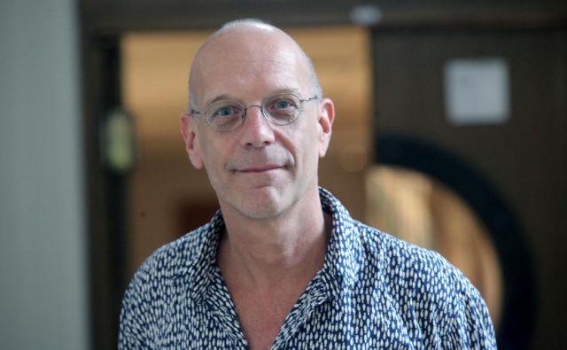 Geert Lovink že več desetletij proučuje fenomene svetovnega spleta, od vprašanja identitete na internetu do družbenih omrežij in kriptovalut. FOTO: Mavric Pivk/Delo