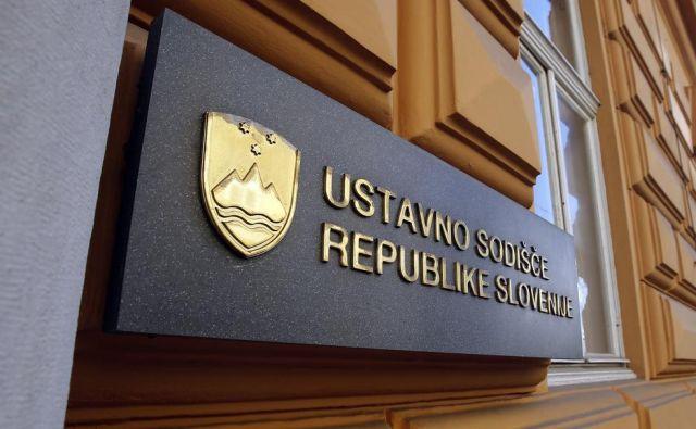 Ustavno sodišče je razveljavilo 32 pravnomočnih zavrnilnih odločb. FOTO: Blaž Samec/Delo