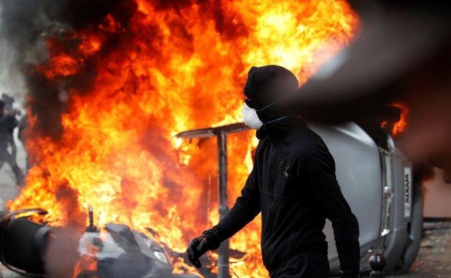 Pariška policija je že dan prej posvarila, da želijo skrajneži tradicionalne prvomajske prireditve izkoristiti za napad na varnostne sile ter simbole kapitalizma. FOTO: Christian Hartmann/Reuters